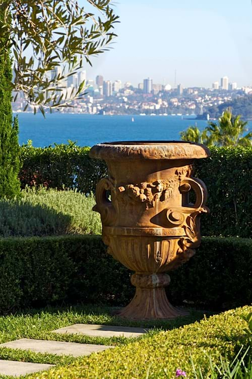 classic style urn